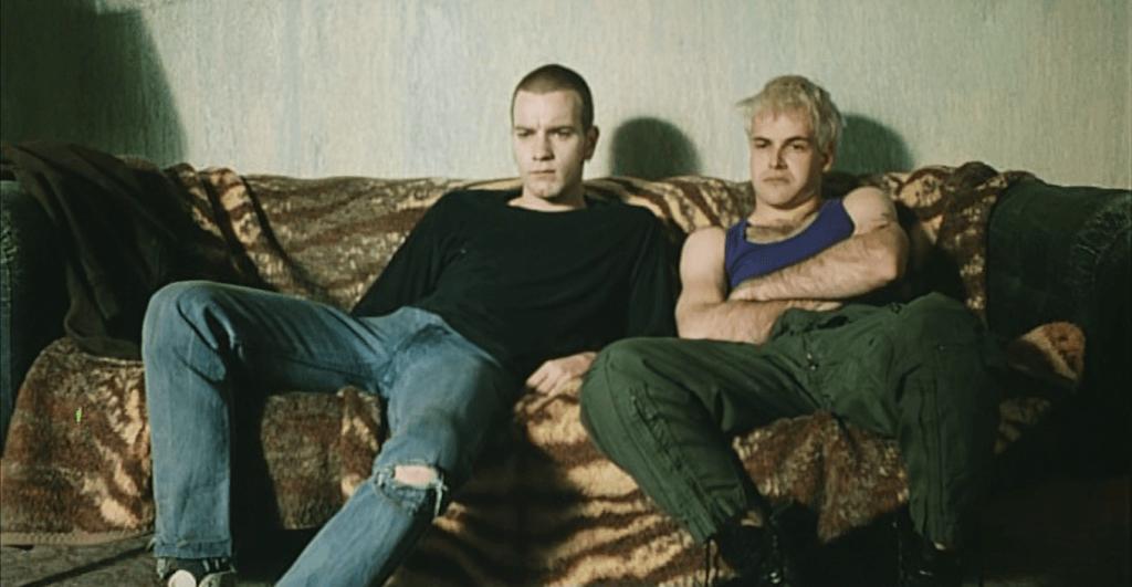 Personajes de Trainspotting sentados en un sofá
