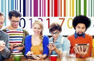 personas ante código de barras representando a tipos de consumidores