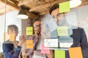 Personas apuntando ideas con el método Scamper