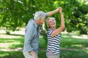 Personas mayores bailando como ejemplo de envejecer con salud