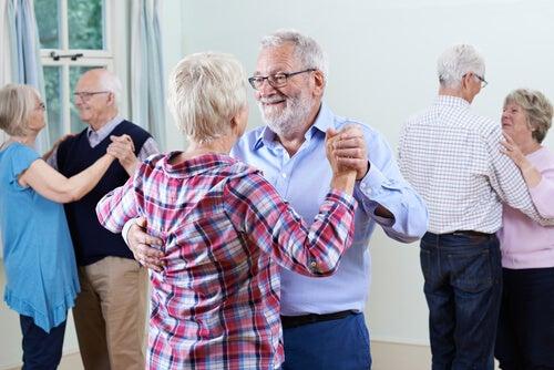 Personas mayores bailando para combatir el envejecimiento cerebral