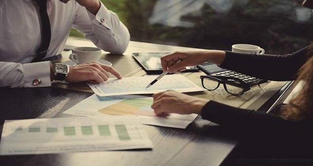 equipo de trabajo aprendiendo a negociar