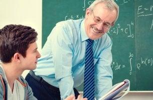 profesor con su alumno trabajando el temario