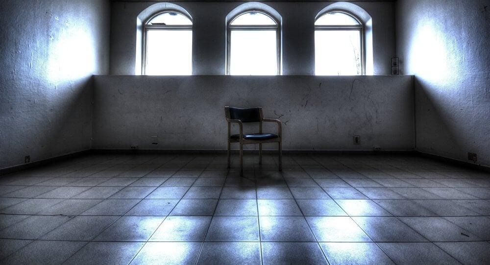 sala de un psiquiátrico para representar la obra de Torcuato Luca de Tena Los renglones torcidos de Dios