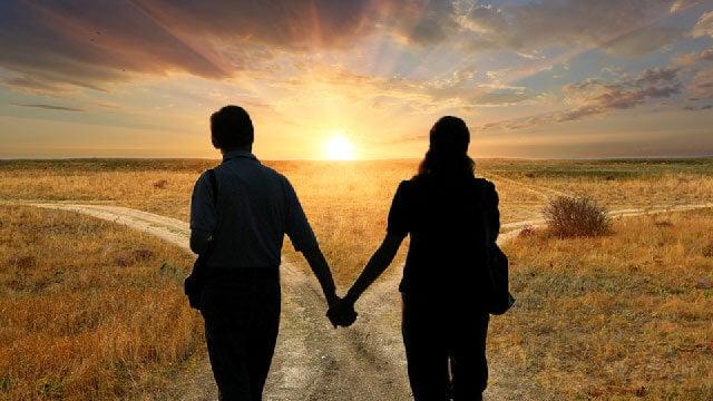 hombre y mujer mirando diferentes caminos representando las relaciones de pareja postmodernas