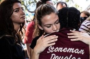 Adolescentes abrazados