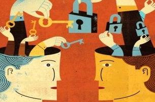 cabezas con candados representando las claves de la asertividad