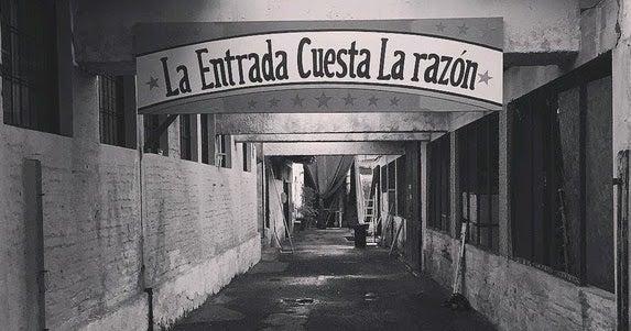 Calle con un letrero