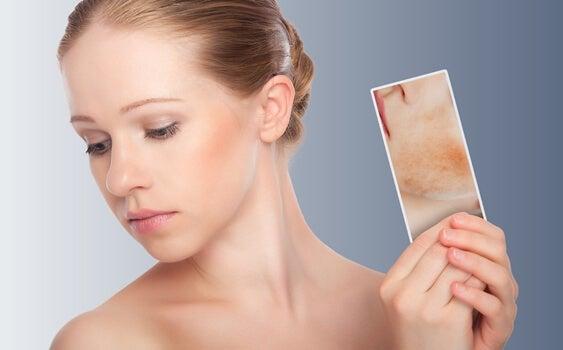 chica que se mira la dermatitis atópica en el espejo