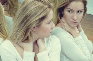 chica rubia mirándose al espejo representando la autoestima y ego