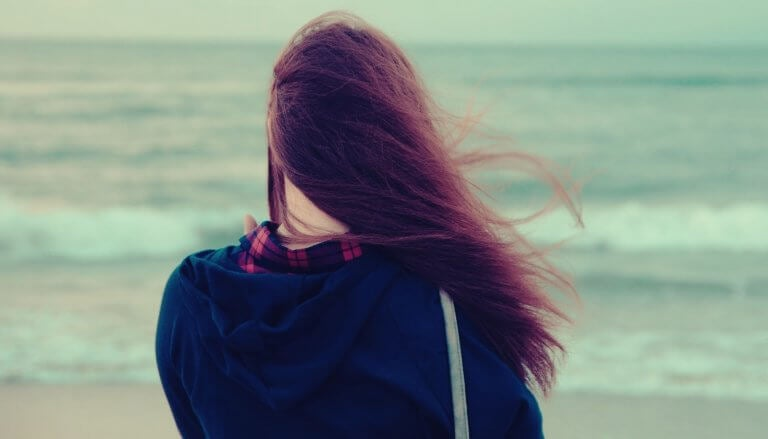 Chica triste de espaldas