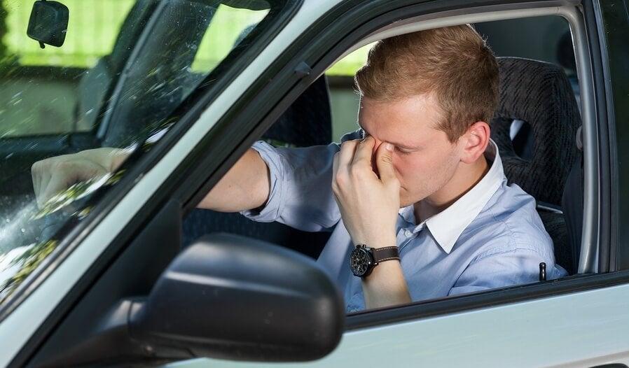 Hombre en el coche que sufre narcolepsia