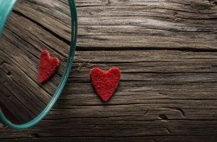 Corazón reflejándose en un espejo
