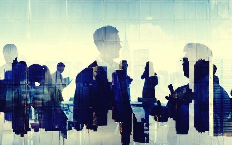 personas tras cristales representando los test de personalidad