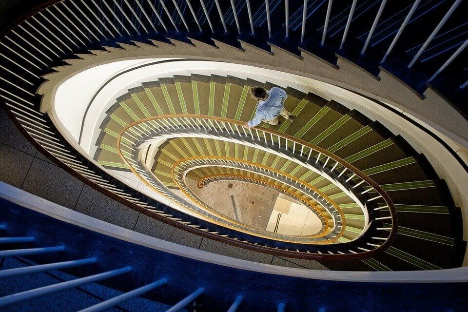 Hombre bajando escaleras