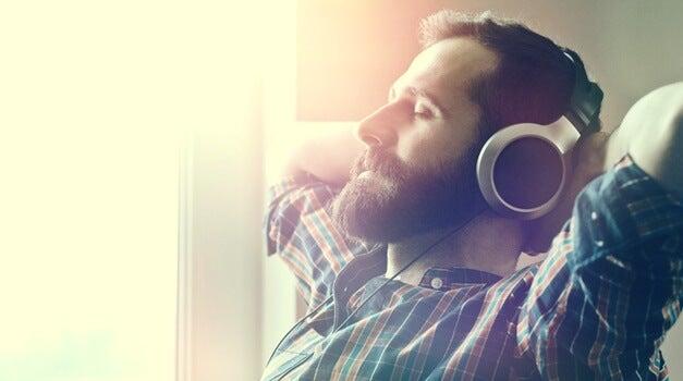 hombre con auriculares escuchando música relajante