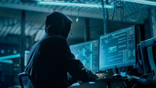 Hombre con un ordenador haciendo doxing