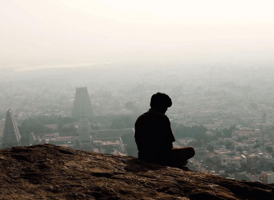 Hombre mirando la ciudad