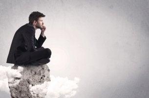 Hombre pensando en el efecto de combate repetido