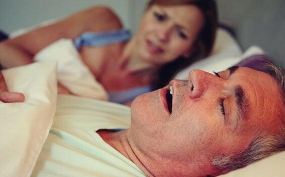 hombre roncando debido a la apnea del sueño