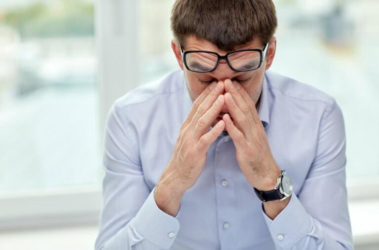 Hombre sufriendo estrés