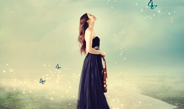 chica con violín pensando que todo es muy difícil