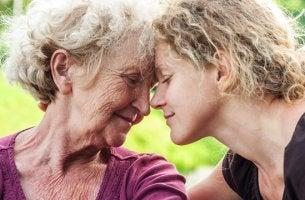 madre e hija representando el acto de ayudar a una persona mayor