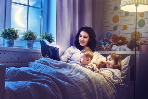 Madre che legge una storia