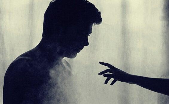 mano acercándose a un chico representando las frases de La insoportable levedad del ser