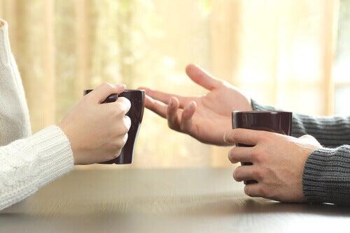 Manos de dos personas mientras conversan