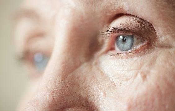 mirada de persona mayor representando la necesidad de ayudar a una persona mayor