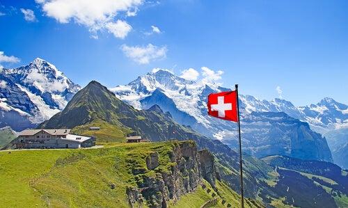 Montaña con una bandera de suiza