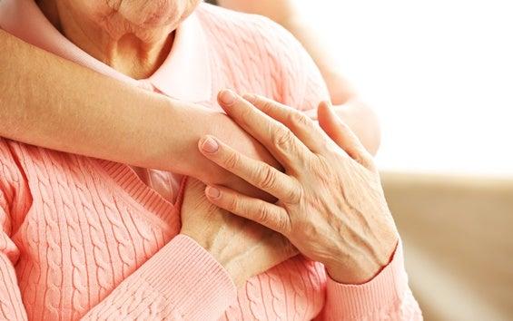 mujer abrazando a una anciana representando cómo ayudar a una persona mayor