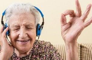 mujer representando la relación entre la música y el alzheimer