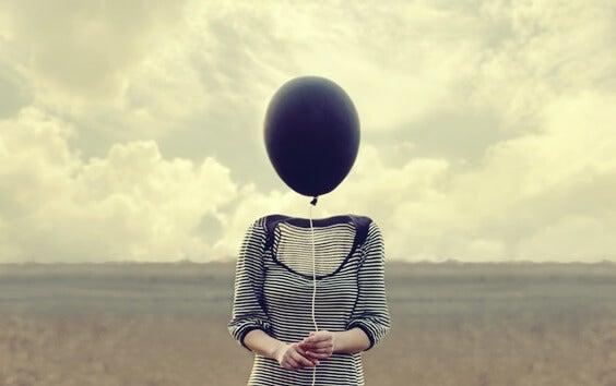 mujer con globo en la cabeza pensando en ser y no hacer