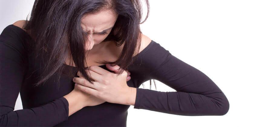 Mujer con dolor en el corazón
