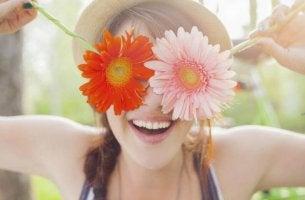 Mujer con dos flores en los ojos