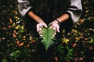 mujer con hoja en las manos intentando buscar el sentido de la vida