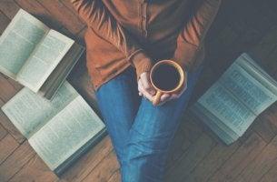 Mujer con libros alrededor