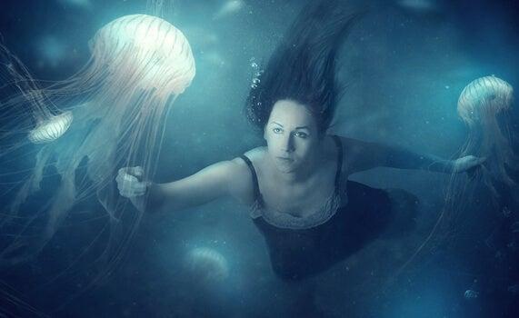 mujer con personalidad camaleónica rodeada de medusas