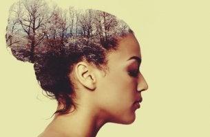 mujer concentrada practicando el Focusing