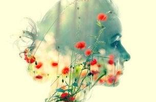 Perfil de cabeza de mujer con flores en su interior