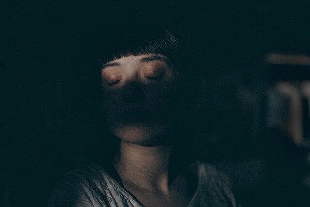 Mujer dormida sentada