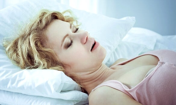 mujer durmiendo representando la depresión atípica