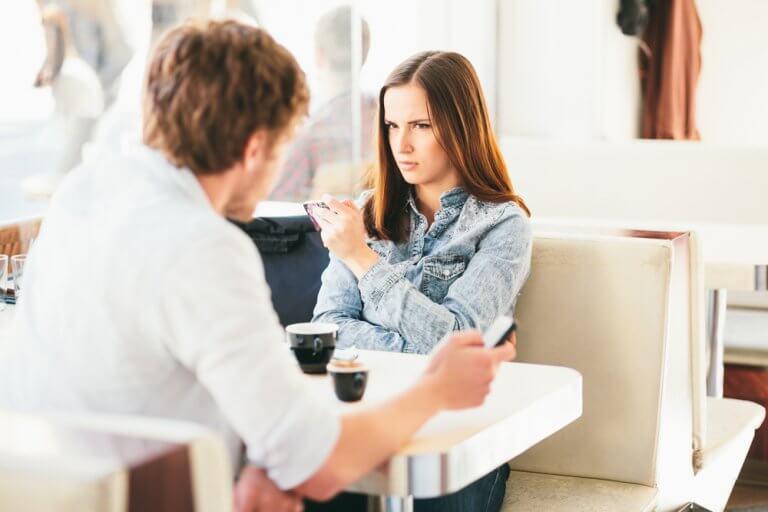 Mujer enfadada con su pareja