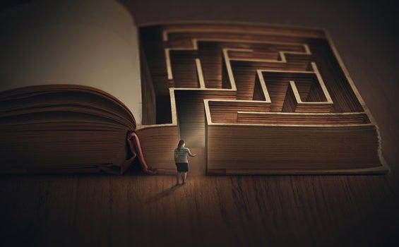 mujer entrando a libro laberinto pensando que todo es muy difícil