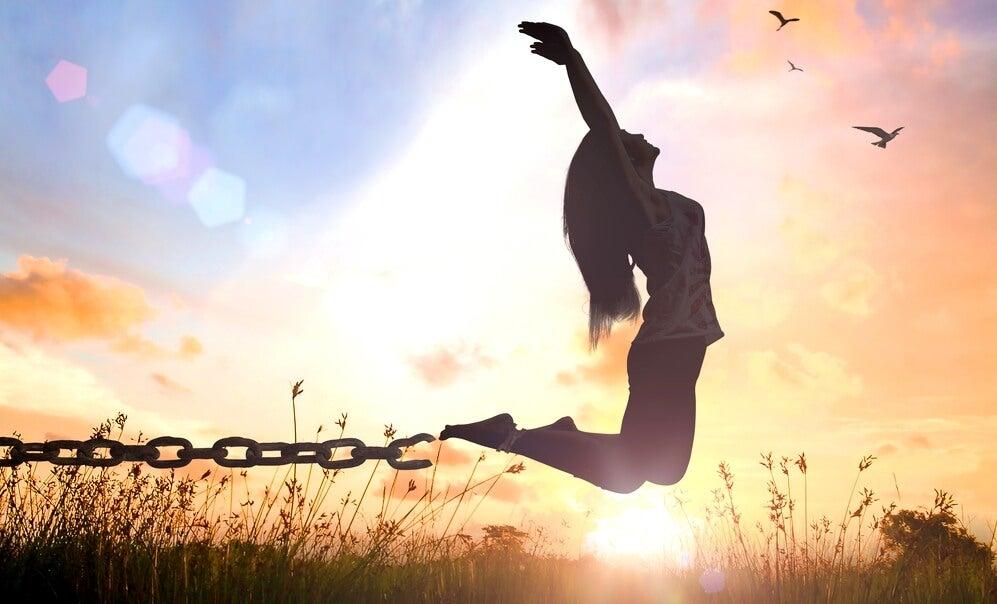 mujer rompiendo sus cadenas representando las frases de Suzanne Powell