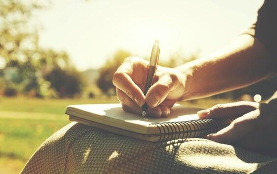 Mulher escrevendo uma agenda
