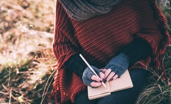 mujer intentando crear un crear un diario emocional