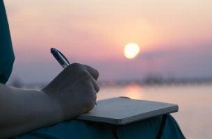 mujer escribiendo al amanecer intentando crear un crear un diario emocional